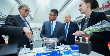 Diane Saunders (JIC) discusses her wheat rust diagnosis kit with Bill Gates, Alok Sharma and Lord Sainsbury